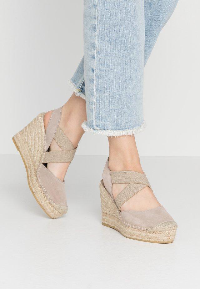 Sandały na obcasie - piedra