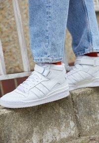 adidas Originals - FORUM MID UNISEX - Höga sneakers - ftwr white/ftwr white/ftwr white - 2