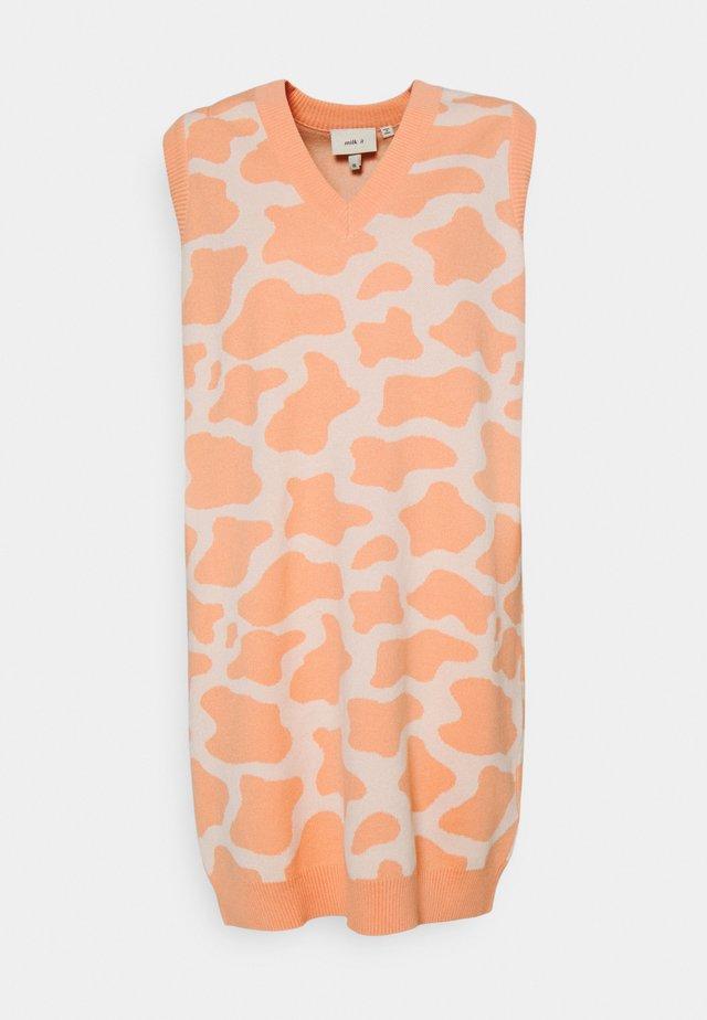 NASHVILLE DRESS - Abito in maglia - pink/cream