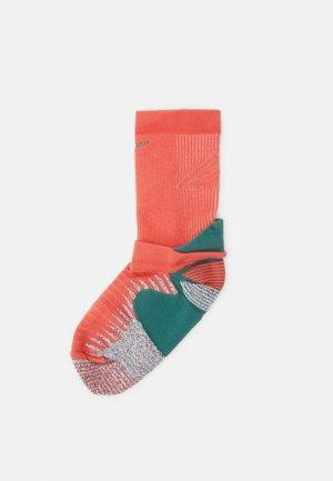TRAIL RUNNING CREW UNISEX - Sports socks - magic ember/light soft pink/bicoastal/reflective silver