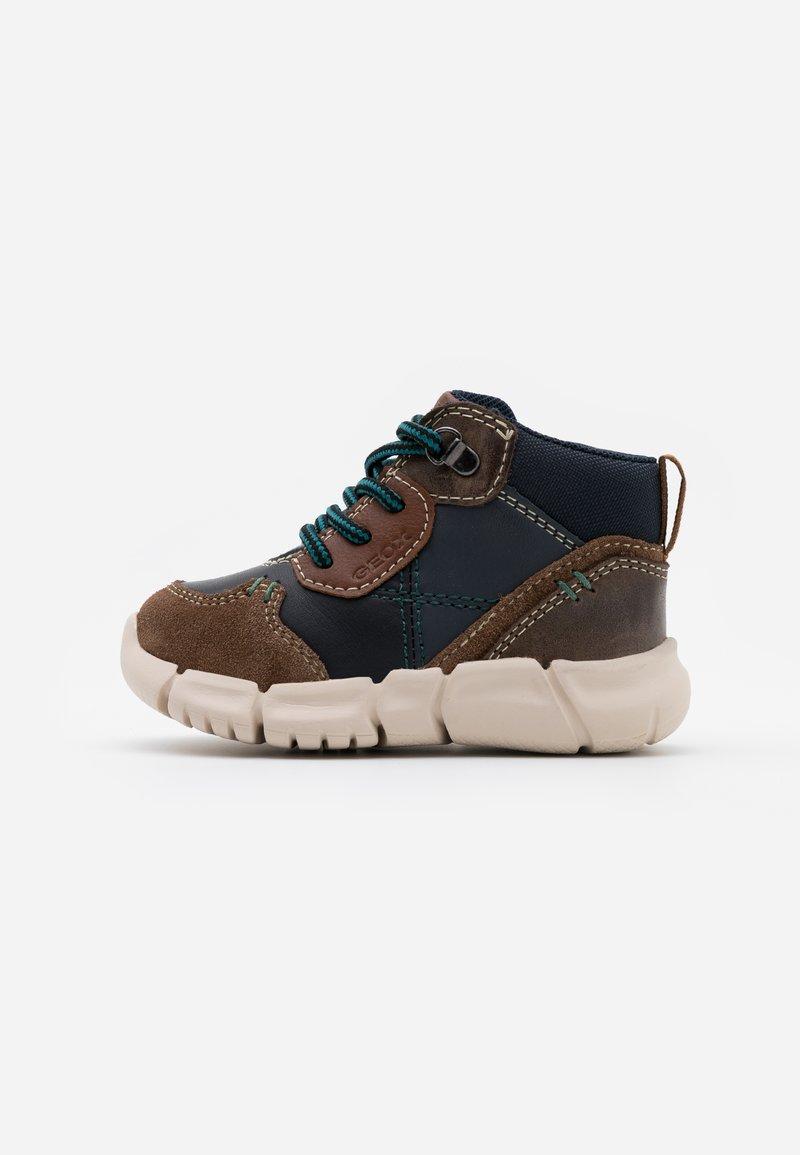 Geox - FLEXYPER BOY - Dětské boty - brown/navy