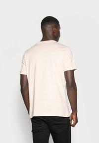 Mennace - ESSENTIAL SIG UNISEX - T-shirt basique - beige - 2