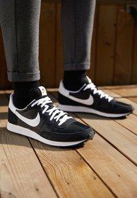 Nike Sportswear - CHALLENGER OG UNISEX - Sneakers - black/white - 2