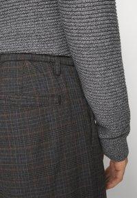 Selected Homme - SLHSLIMTAPERED YORK - Chino kalhoty - mottled dark grey/camel - 4