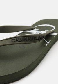 Calvin Klein Jeans - BEACH MONOGRAM  - Sandály s odděleným palcem - dark olive - 5