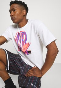 Karl Kani - SMALL SIGNATURE PINSTRIPE  - Shorts - black - 3