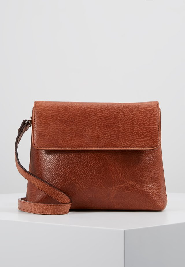PURE EVENING BAG - Olkalaukku - cognac