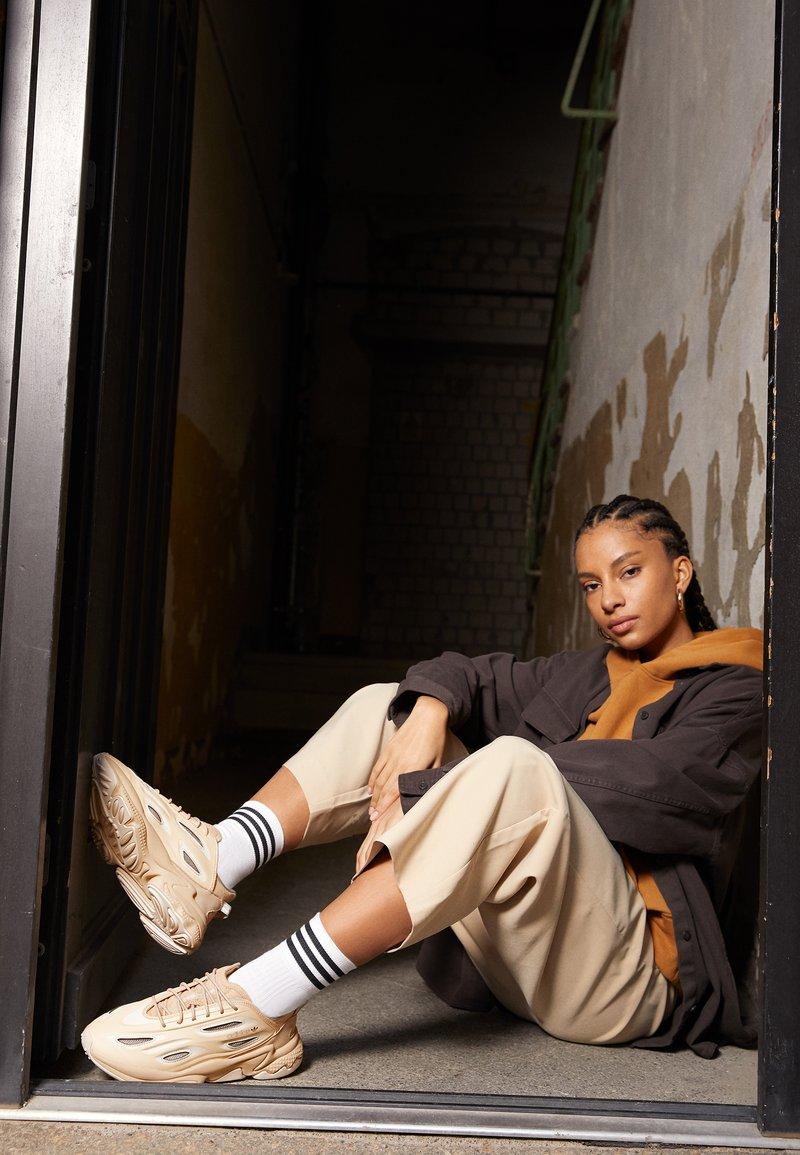 adidas Originals - OZWEEGO HELMET OPEN - Trainers - st pale nude/linen/light brown