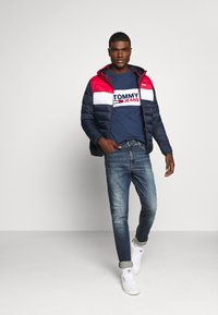 Tommy Jeans - PIECED BAND LOGO TEE - T-shirt z nadrukiem - twilight navy - 1