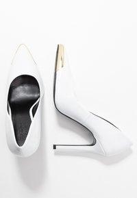 Versace Jeans Couture - Lodičky na vysokém podpatku - bianco - 3