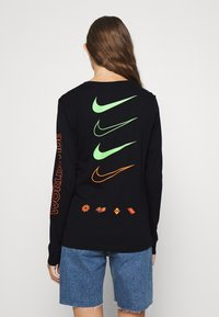 Nike Sportswear - TEE WORLDWIDE - Long sleeved top - black - 2