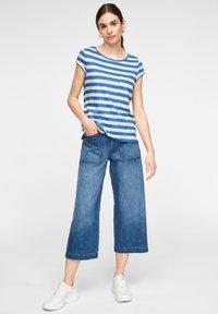 comma casual identity - MIT SCHMUCK-DETAIL - Print T-shirt - royal blue stripes - 1