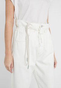 CLOSED - LEXI - Jeansy Relaxed Fit - creme - 6