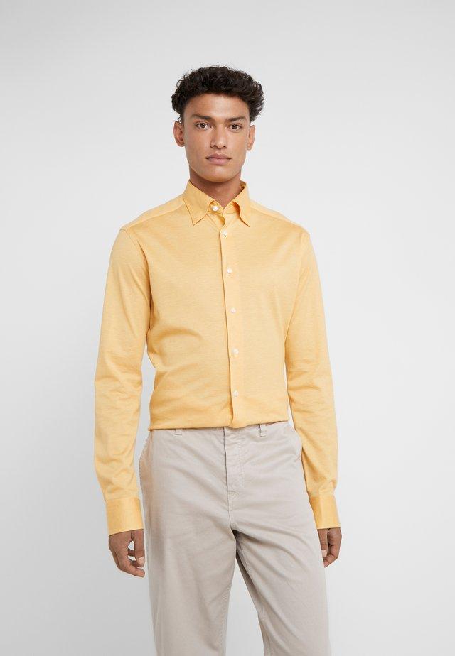 SLIM FIT - Camicia - mustard