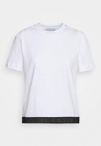 TAPE MODERN STRAIGHT TEE - Print T-shirt - bright white