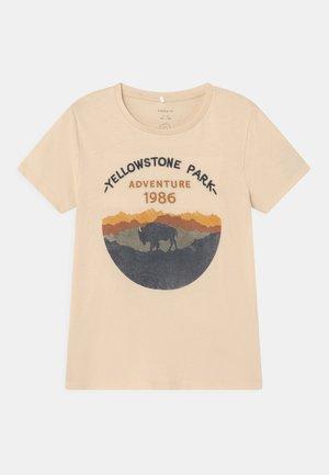 NKMLASTO BOX - T-shirt print - whitecap gray