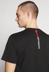 Calvin Klein Jeans - STRIPE INSTITUTIONAL LOGO TEE - Printtipaita - black - 3
