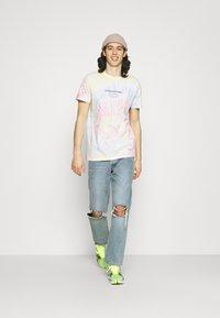 Redefined Rebel - FINN TEE - Print T-shirt - sun spring - 1