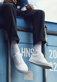 Vans - OLD SKOOL - Chaussures de skate - true white - 7