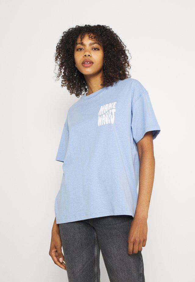ENKULLA TEE - Print T-shirt - serenity waves