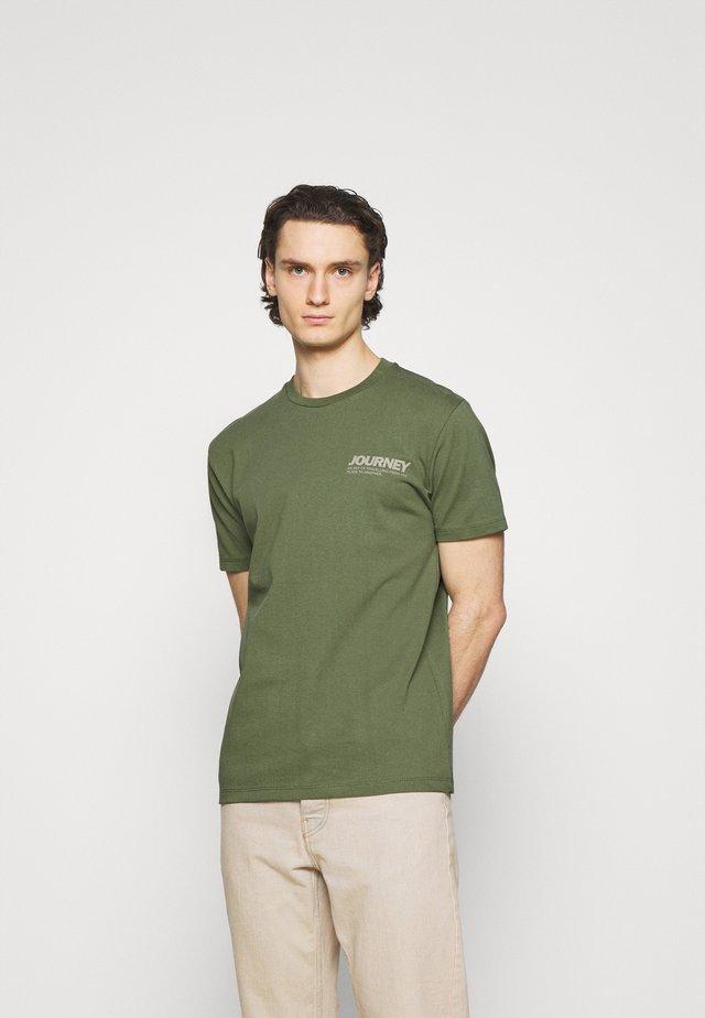 AARHUS  - T-shirt med print - olivine