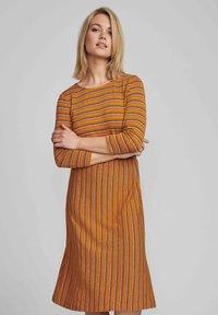 Nümph - NUBUNTY  - Jumper dress - buckthorn brown - 0