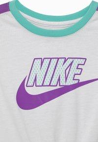 Nike Sportswear - BOXY - T-shirt imprimé - white - 2