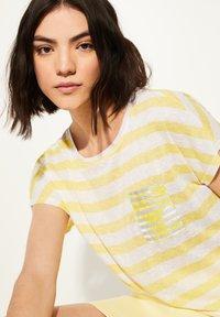 comma casual identity - KURZARM - Print T-shirt - light yellow stripes - 3