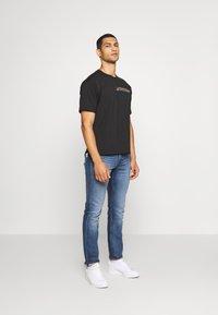 adidas Originals - PRIDE SHORT SLEEVE GRAPHIC TEE - T-shirts med print - black - 1