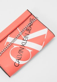 Calvin Klein Jeans - CHAIN CARDCASE - Wallet - orange - 2