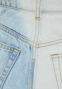 Bershka - MIT TWO-TONE UND SEITLICHEM SCHNITT  - Shorts di jeans - blue denim - 5