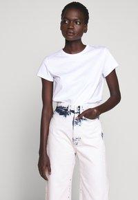 Proenza Schouler White Label - WIDE LEG CROP - Široké džíny - bleached denim - 4