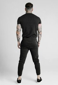 SIKSILK - DANI ALVES CURVED HEM GYM TEE - Print T-shirt - anthracite/white - 2