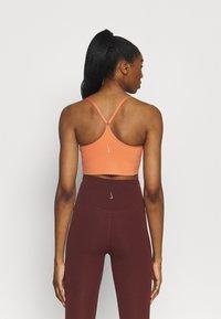 Nike Performance - INDY EYELET BRA - Sujetadores deportivos con sujeción ligera - apricot agate/arctic orange - 2