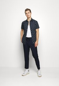 Selected Homme - SLHSLIMTAPE JAX CROP PANTS - Pantaloni - navy - 1