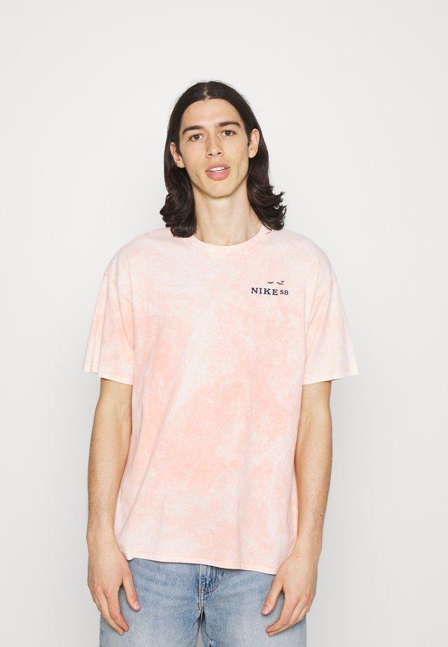TEE CRUISIN UNISEX - Print T-shirt - crimson bliss