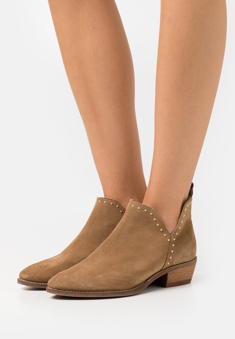 Pavement - GIANNA - Ankle boots - taupe/gold