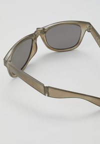 Jack & Jones - JACFOLD SUNGLASSES - Zonnebril - smoked pearl - 4