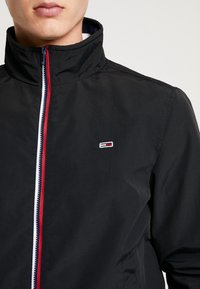 Tommy Jeans - ESSENTIAL JACKET - Giacca leggera - black - 4