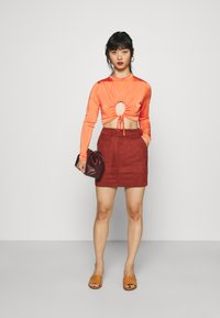 Missguided Petite - RUCHED CUT OUT SLINKY CROP TOP - Camiseta de manga larga - red - 1