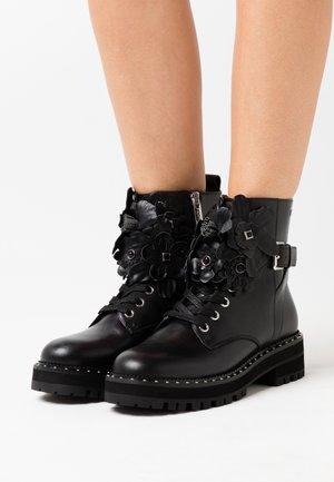 PINK  - Kotníkové boty na platformě - black