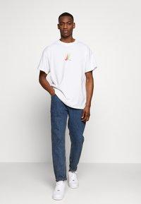 Nike SB - NIKE SB SKATEBOARD-T-SHIRT FUR HERREN - Print T-shirt - white - 1
