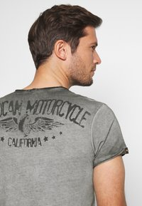 Key Largo - MOTORS BUTTON - Print T-shirt - anthra - 3