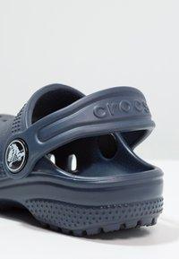 Crocs - CLASSIC UNISEX - Pool slides - navy - 5