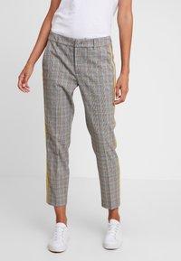 TOM TAILOR DENIM - CIGARETTE PANTS - Pantalon classique - grey/yellow - 0