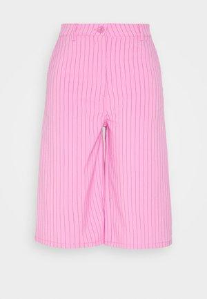 SAANA PINSTRIPE SHORTS - Shorts - pink stripe