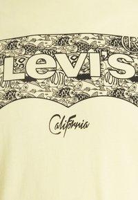Levi's® - HOUSEMARK GRAPHIC TEE - T-shirt imprimé - yellows/oranges - 2