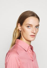HUGO - THE FITTED  - Button-down blouse - dark pink - 5