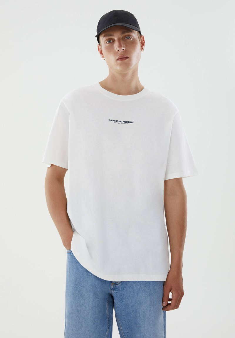 PULL&BEAR - WITH CONTRAST SLOGAN - Print T-shirt - white