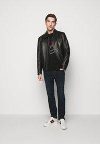 Michael Kors - TARGET TEE - T-shirt z nadrukiem - black - 1